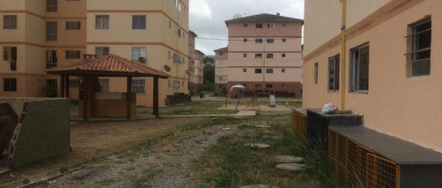 Pollyana e Luis moram em um conjunto habitacional do programa Minha Casa Minha Vida perto do Rio de Janeiro
