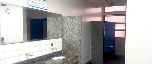 Banheiro insalubre: sem iluminação, sem insumos e pia com defeito