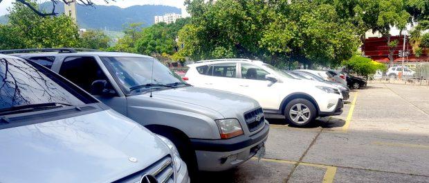 Estacionamento dos alunos com carros luxuosos