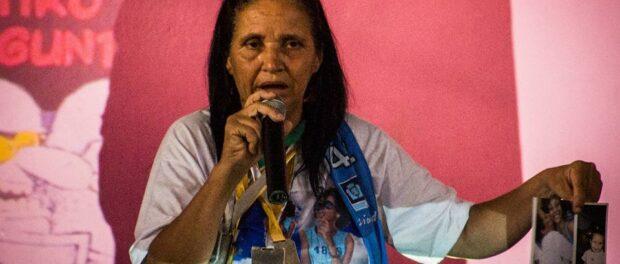 Rosilene, mãe da Eduarda, mostra fotos e as medalhas da filha. Foto: Bentto Fábio