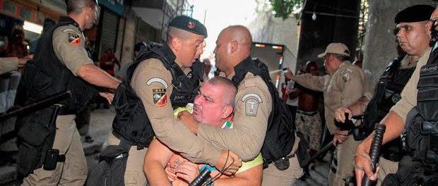 Ação de policiamento ostensivo da Guarda Municipal contra foliões com uso de spray de pimenta durante o carnaval. Foto: Robson Monte / Divulgação O Dia.