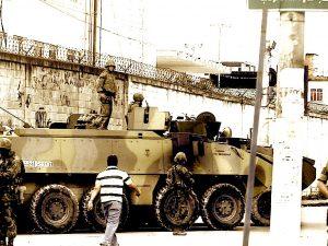 Militares e veículos montam guarda numa das entradas do Complexo da Maré. Fonte: Antonio Scorza/Agência O Globo