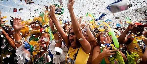 Pessoas comemoram escolha do Rio de Janeiro como cidade sede das Olimpíadas em evento em Copacabana. Foto: New York Times.
