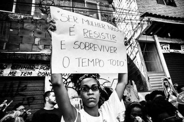 """Foto do ato """"Marcha Marielle Presente! Hoje e Sempre"""" na favela da Maré 18/03/2018. Para uma mulher e favelada a sua existência é resistência. Foto: Bárbara Dias/Fotoguerrilha"""
