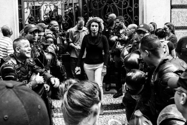 """Marielle Franco saindo da Câmara Municipal do Rio de Janeiro 26/10/2017. """"Ela existiu, resistiu e """"chegou lá"""". Lá onde o medo vira verbo, vira ação, vira para mira."""" Foto: Bárbara Dias/Fotoguerrilha"""