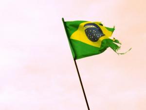 Bandeira, símbolo da resistência, sobrevoa a Igreja da Vila Autódromo