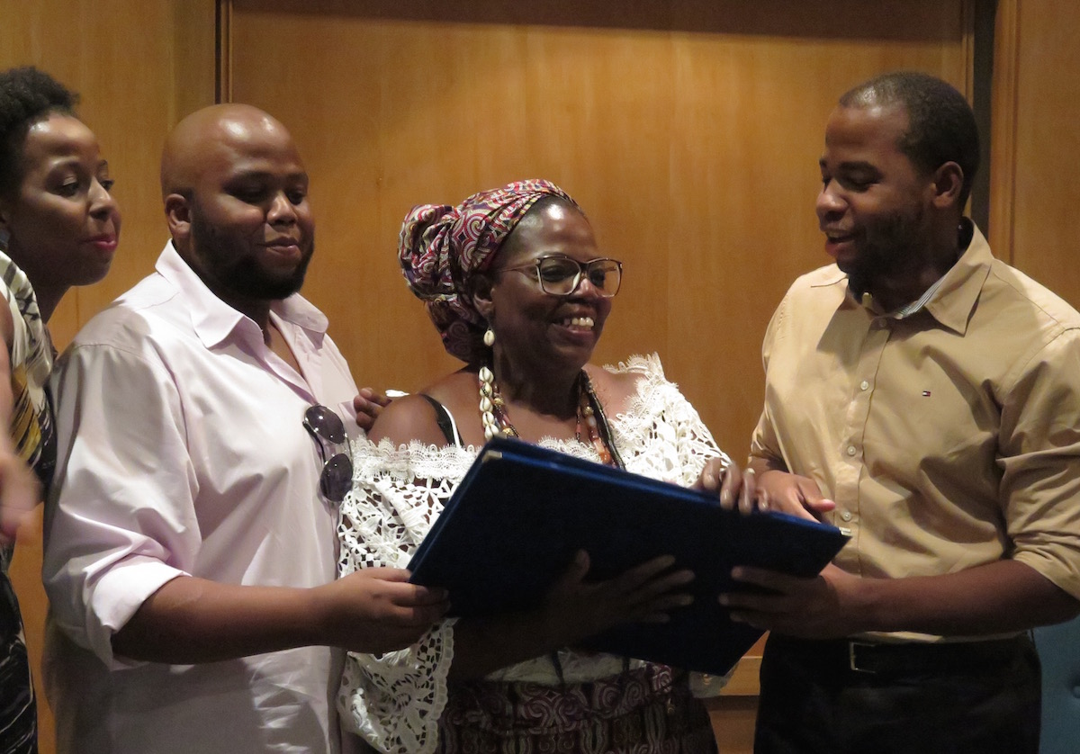 Heloisa Helena recebe Prêmio Dandara junto de seus filhos http://bit.ly/1sAPmCV
