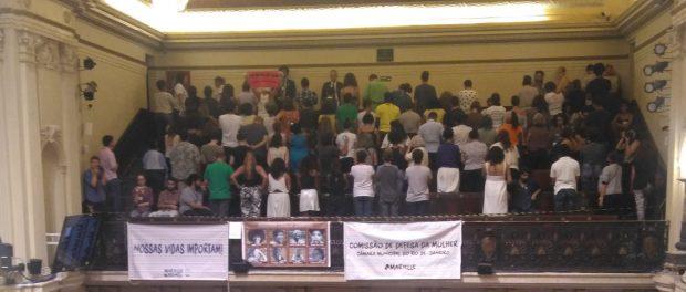 Público nas galerias de costas para o plenário, como forma de contestação às palavras proferidas e o voto negativo do VereadorOtoni de Paula ao projeto que dá o nomeMarielle Franco à tribuna da Câmara Municipal.