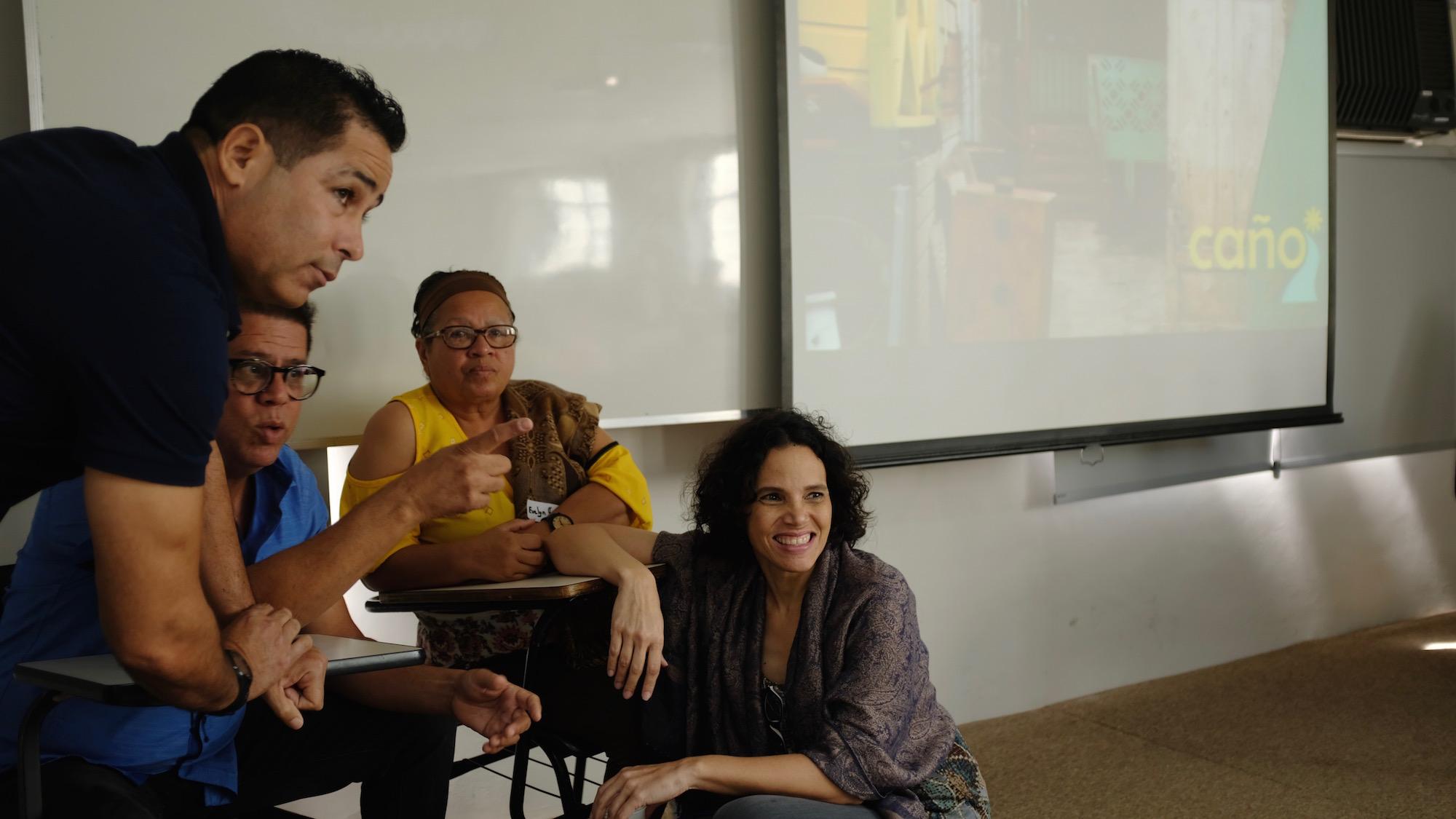 Equipe do Caño Martín Peña compartilha suas experiências. Foto por Line Algoed