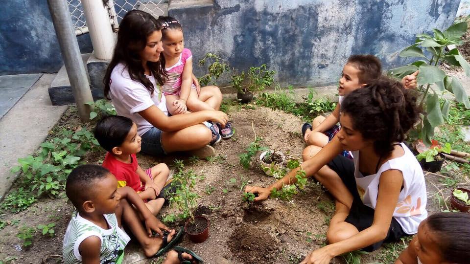 Elisângela planta com as crianças na Providência
