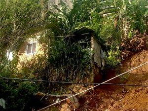 Deslizamento em decorrência das chuvas, na localidade conhecida como 199 - Moradores temem com a possibilidade de chuva para os próximos dias.