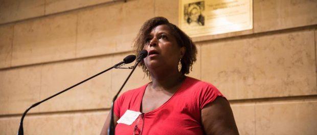 Vanda Ventura, moradora da Rocinha, faz sua declaração na audiência pública. Foto: Página de Tarcísio Motta no Facebook