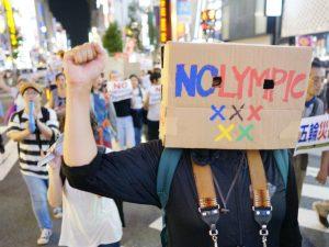 Caixa Olímpica usada pelo ativista sul-coreano. Foto de NOlympics LA