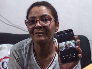 Dona Valéria mostra foto de Rodrigo no celular. Foto: Bárbara Dias