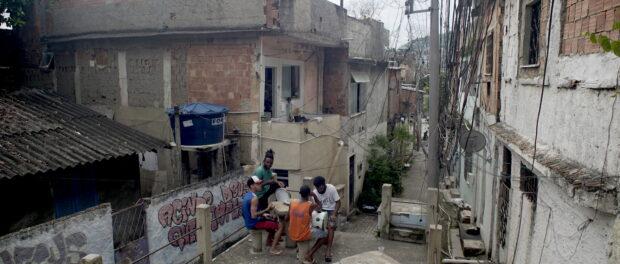 """Cena do filme """"Herdeiros"""" mostra jovens do projeto fazendo música"""