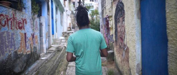 Flavio caminha pelas ruas da Serrinha. Foto: Acervo pessoal
