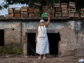 Mãe Ekedi Sílvia de Mendonça, jornalista e ativista do Movimento Negro, em frente a antiga casa de Pai João da Gomeia. Foto por: Bárbara Dias.