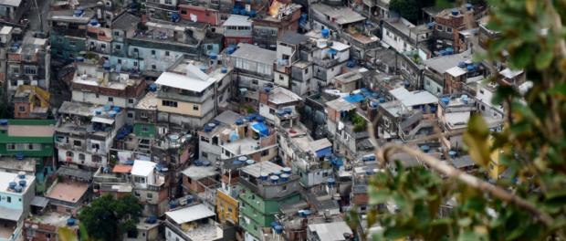 Vista aérea da Rocinha, maior favela do Rio de Janeiro. Foto por: Krishna Naudin/Wikimedia Commons