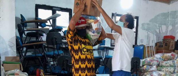 Ação de distribuição de cestas básicas da iniciativa Apadrinhe um Sorriso. Foto da página do Facebook da Apadrinhe um Sorriso