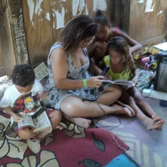 Crianças lendo com durante a pandemia. Foto por: Fabbi.