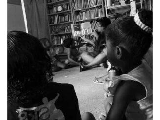 Fabi em um oficina de leitura com crianças de sua comunidade. Foto por Fabi.