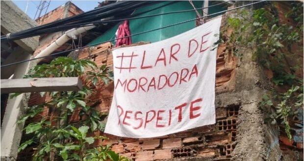 Foto de uma das faixas #LardeMoradoraRespeite instaladas por moradoras e moradores em agosto de 2020, depois dos abusos cometidos pela ocupação policial do Complexo do Viradouro, em Niterói, Região Metropolitana do Rio de Janeiro.