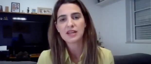 Clarissa Garotinho respondendo perguntas no debate.