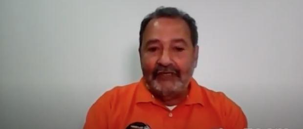 Fred Luz respondendo perguntas no debate.