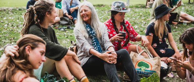 Helena Norberg-Hodge, no centro, em agosto na feira de produtores locais de Mullumbimby, que ela ajudou a iniciar, em Nova Gales do Sul, Austrália. Foto por: Natalie Grono para o New York Times.