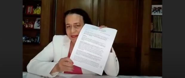 Suêd Haidar mostra carta-compromisso da Rede Favela Sustentável assinada por ela.