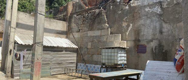Vista interna dos terrenos do projeto de habitação popular Quilombo da Gamboa. Foto por Tarcyla Fidalgo.