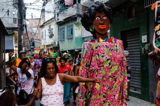 Bloco carnavalesco 'Se Benze Que Dá' em desfile na favela da Maré. Foto por: Gabriel Loiola.