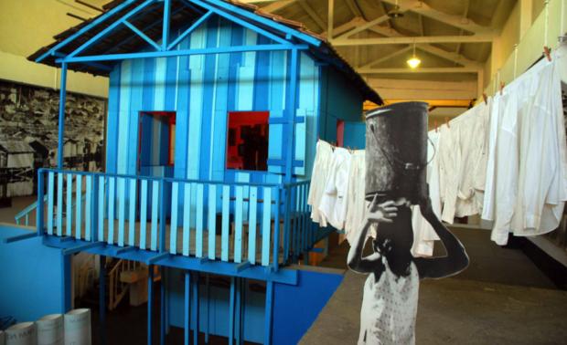 Casa de palafita sobre as águas da Baía de Guanabara reconstruída no Museu da Maré. Foto: Museu da Maré.