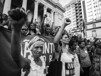 """Manifestação pouco depois do assassinato da vereadora estampa a abertura do documentário """"Sementes Mulheres Pretas no Poder""""."""