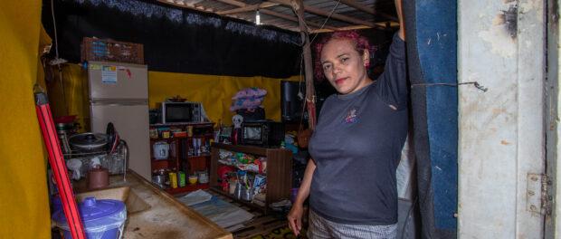 Moradora mostra a casa improvisada levantada com a ajuda de familiares e amigos da ocupação. As dificuldades financeiras são citações comuns por ali. Foto por: Léu Britto