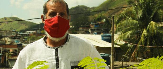 Ravengard usando máscara vermelha em meio à pandemia..