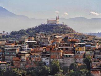 Vista da Igreja da Penha cercado pelos Complexos da Penha e do Alemão. Foto por: Bento/Coletivo Papo Reto