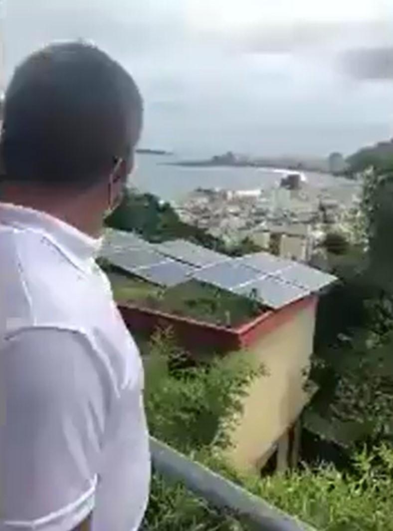 Adalberto Almeida observando os painéis solares instalados no restaurante Estrelas da Babilônia