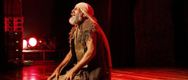 Ravengard Veloso atuando em peça teatral na Arena Carioca Abelardo Barbosa - Chacrinha, em 2016