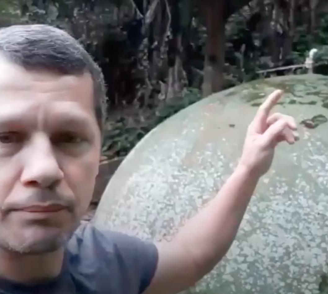Otávio Alves Barros mostra o sistema de biodigestão de esgoto no Vale Encantado pelo Zoom.