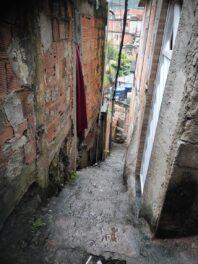 Beco íngrime e estreito no Complexo do Alemão. Foto por: Cleber Araújo