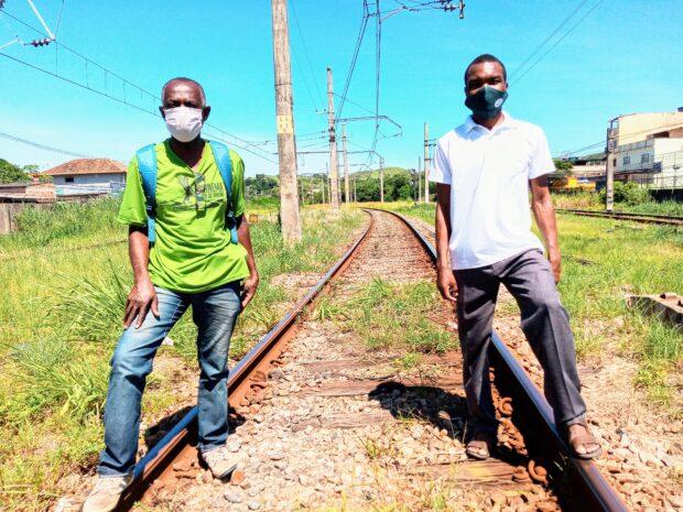 Carlos Evandro, do Mobiliza Japeri (à esq) e padre Jacques Kwangala escravizados pelo atraso. Foto por: Fabio Leon