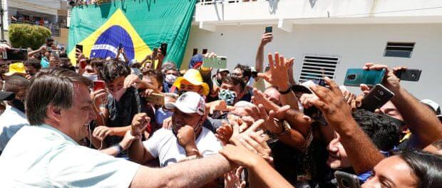 Jair Bolsonaro é cumprimentado por apoiadores em Coremas, Paraíba, em Setembro de 2020. Foto por: Presidência da República/Reuters