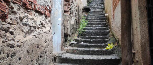 No Complexo do Alemão e em várias favelas íngremes cariocas, alguns becos, são formados por escadarias, que dão acesso às casas. Foto por: Cleber Araújo