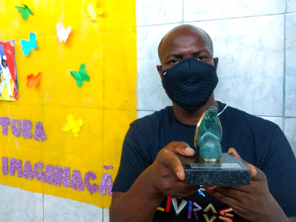 """Otávio Júnior recebeu o prêmio Jabuti de Literatura Infantil com o livro """"Da minha Janela"""". Foto por: Jaqueline Suarez"""