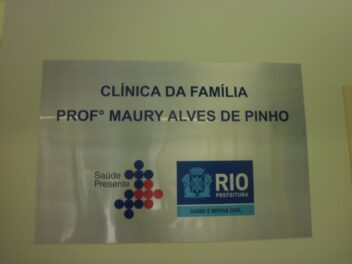 Placa da unidade municipal de saúde Clínica da Família Professor Maury Alves de Pinho. Foto de @clinicaprof