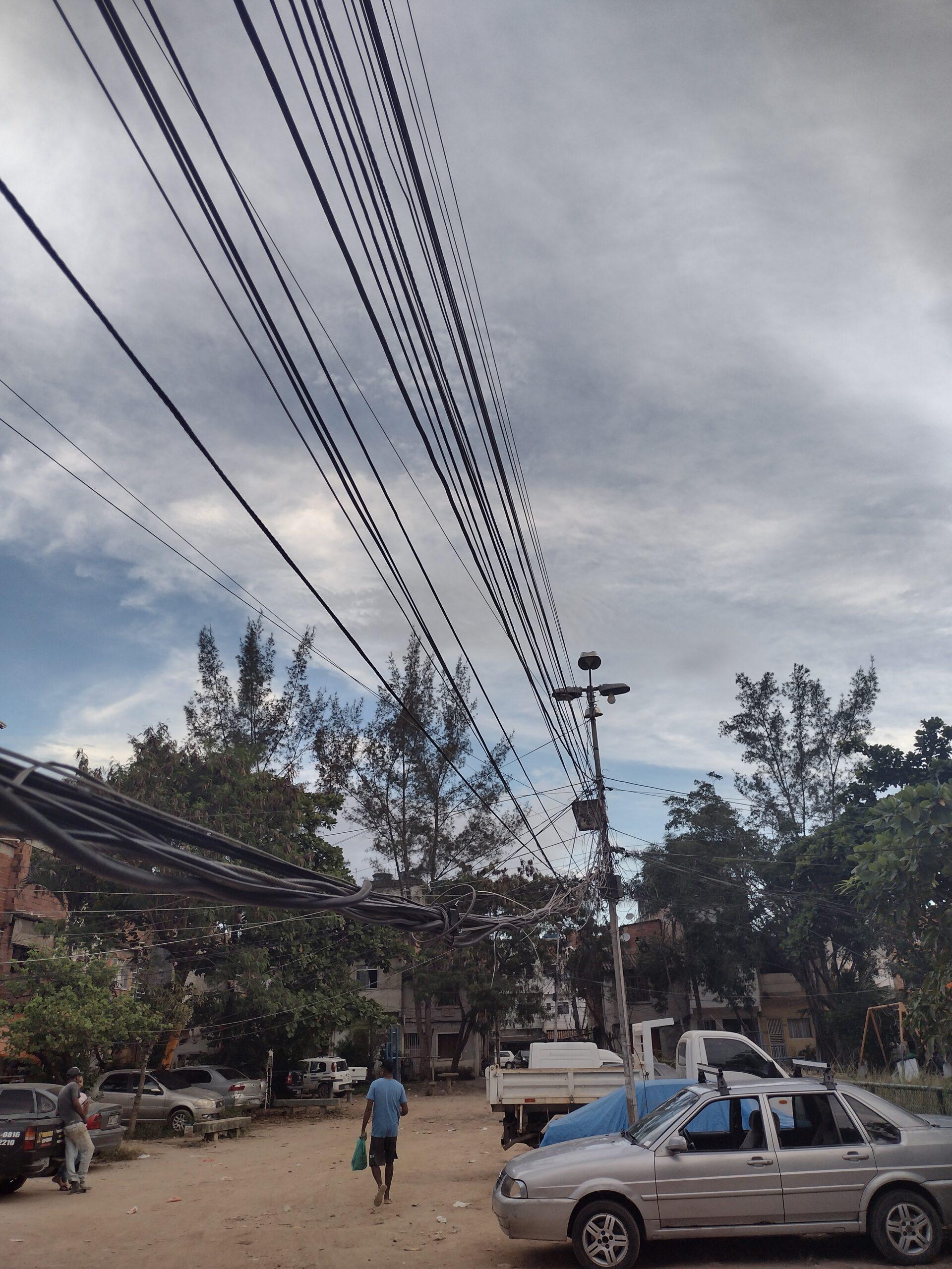 Rede elétrica precária e em grande medida auto-organizada na favela do César Maia.
