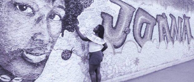 Teresa Cristina olha um grafite com a imagem da filha, Joana, atropelada por um trem em 2017. Foto de grafiti por: Larissa Amorim/Casa Fluminense