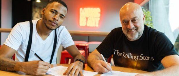 Rennan da Penha assinando contrato com a Sony Music. Divulgação Sony