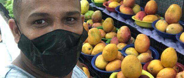 Fábio de Souza é feirante na Feirinha da Pavuna, de onde tira todo seu sustento e de seus familiares. Foto de Fábio de Souza
